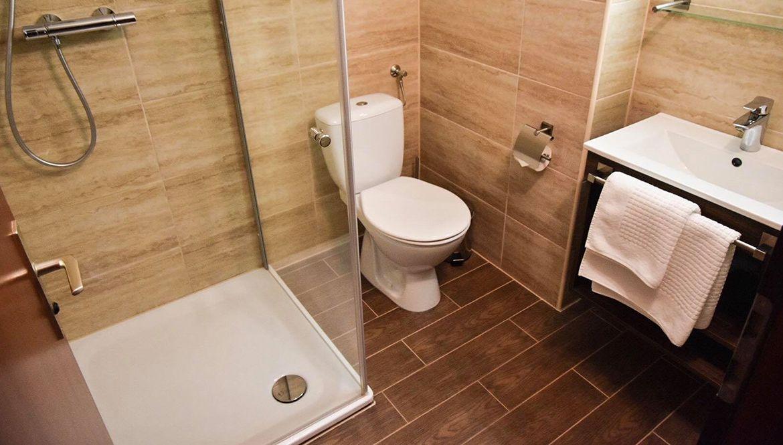 https://hotelmartinsklause.de/images/Room/bathroom-double.jpg